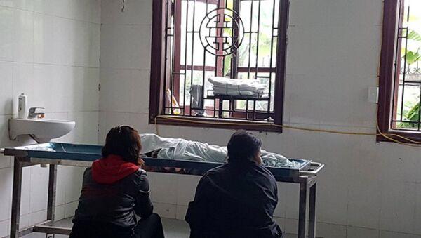 Thi thể cháu B. tại nhà tang lễ Bệnh viện Đa khoa Đức Giang (Hà Nội) - Sputnik Việt Nam