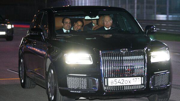 Tổng thống Nga Vladimir Putin chở Tổng thống Ai Cập Abdel Fatah el-Sisi trong chiếc sedan Senat - Sputnik Việt Nam