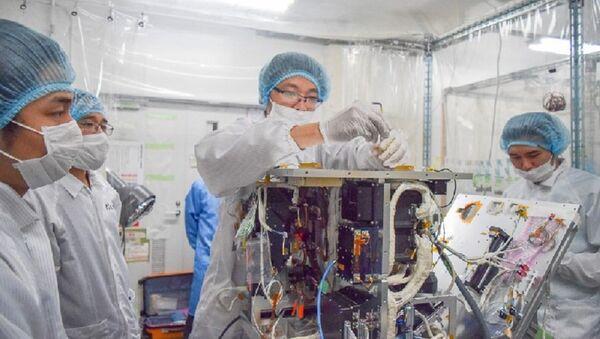 Các kỹ sư của Trung tâm Vệ tinh Quốc gia thử nghiệm lắp đặt thiết bị phần cứng trên mô hình kỹ thuật – bay - Sputnik Việt Nam