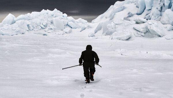 Thành viên đoàn thám hiểm Bắc Cực nghiên cứu lớp băng - Sputnik Việt Nam
