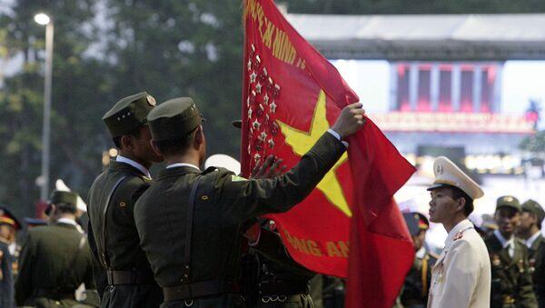 Hai cảnh sát cầm lá cờ Việt Nam tại cuộc duyệt binh kỷ niệm lần thứ 70 ngày Quốc khánh Việt Nam - Sputnik Việt Nam