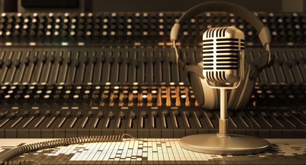 Micro và tai nghe trong studio