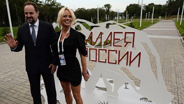 Bộ trưởng Bộ Tài nguyên và Môi trường Nga Sergei Donskoi tiếp nữ diễn viên P. Anderson - Sputnik Việt Nam