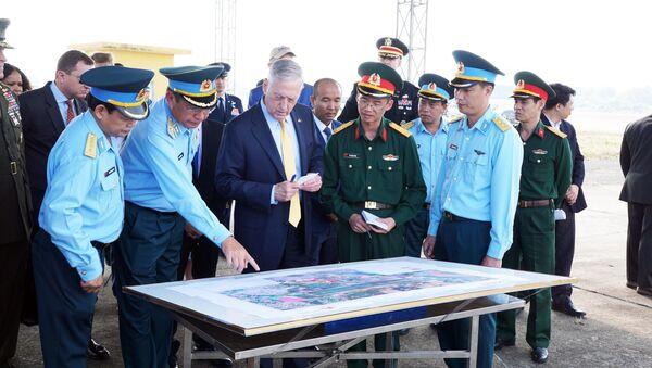 Ông James Mattis, Bộ trưởng Quốc phòng Hoa Kỳ thăm địa điểm xử lý môi trường ô nhiễm dioxin tại sân bay Biên Hòa, Đồng Nai. - Sputnik Việt Nam