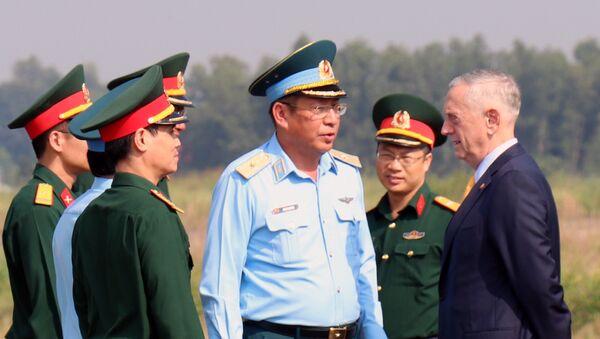 Ngài James Mattis, Bộ trưởng Bộ Quốc phòng Hoa Kỳ gặp gỡ cán bộ chiến sỹ tại sân bay Biên Hòa. - Sputnik Việt Nam