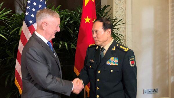Bộ trưởng Quốc phòng Hoa Kỳ James Mattis và Bộ trưởng Quốc phòng Trung Quốc, Wei Fenhe tại Singapore - Sputnik Việt Nam