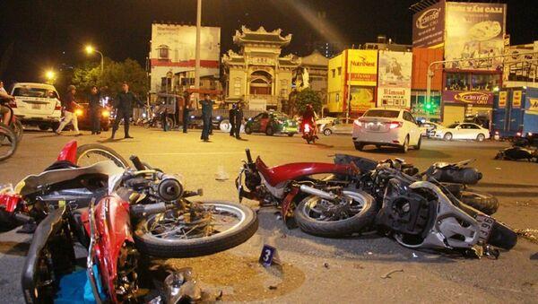 4 trong 5 chiếc xe máy vỡ nát, nhiều mảnh xe vương vãi trên đường Điện Biên Phủ (dưới gầm cầu vượt Hàng Xanh, quận Bình Thạnh, TP.HCM). - Sputnik Việt Nam