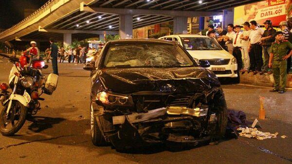 Chiếc xe BMW sau khi tông trực diện 5 xe máy dừng chờ đèn đỏ tại chân cầu vượt Hàng Xanh trên đường Điện Biên Phủ (hướng quận 3 đi cầu Sài Gòn), tiếp tục lao qua ngã 4 đâm thẳng vào bên phải xe taxi, mới dừng lại. Đầu ôtô vỡ nát, hư hỏng nặng. - Sputnik Việt Nam