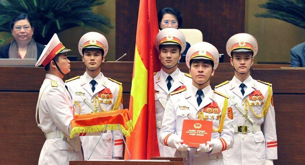 Đội nghi lễ dâng cuốn Hiến pháp Việt Nam trong Lễ tuyên thệ