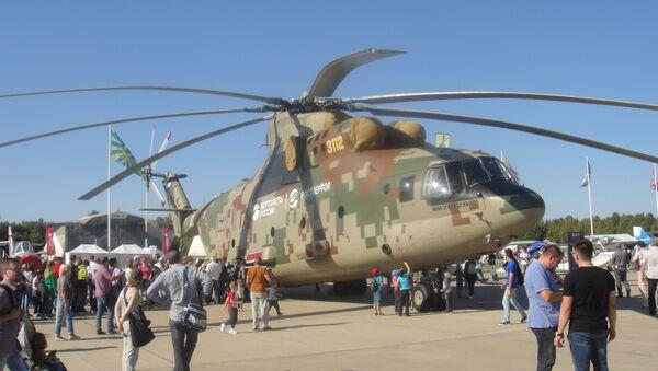 """Máy bay trực thăng vận tải quân sự khổng lồ Mi-26T2V tại căn cứ không quân """"Kubinka"""" ngoại ô Matxcơva. - Sputnik Việt Nam"""