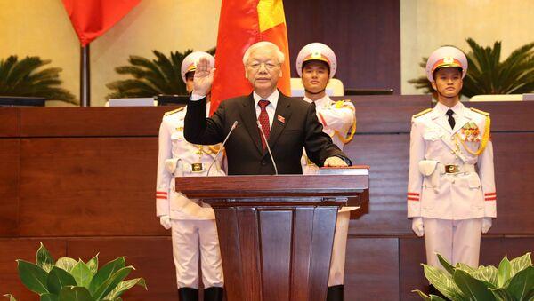 Tổng Bí thư Nguyễn Phú Trọng, Chủ tịch nước CHXHCN Việt Nam nhiệm kỳ 2016-2021 thực hiện nghi thức tuyên thệ nhậm chức trước Quốc hội, đồng bào và cử tri cả nước. - Sputnik Việt Nam