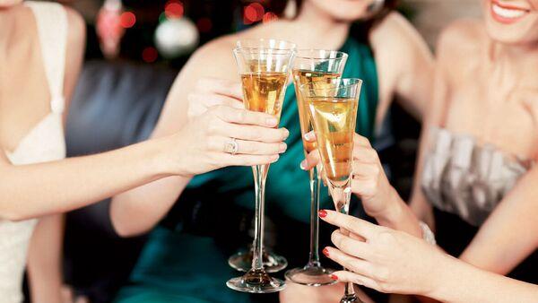 Phụ nữ uống rượu - Sputnik Việt Nam