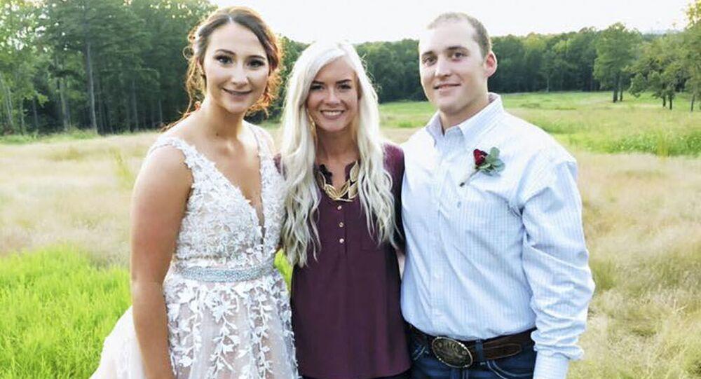 Колби Сандерс и пара, которой она подарила свою свадебную церемонию