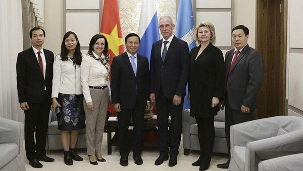 Посол Социалистической Республики Вьетнам в России Нго Дык Мань на встрече с губернатором Ульяновской области Сергеем Морозовым - Sputnik Việt Nam