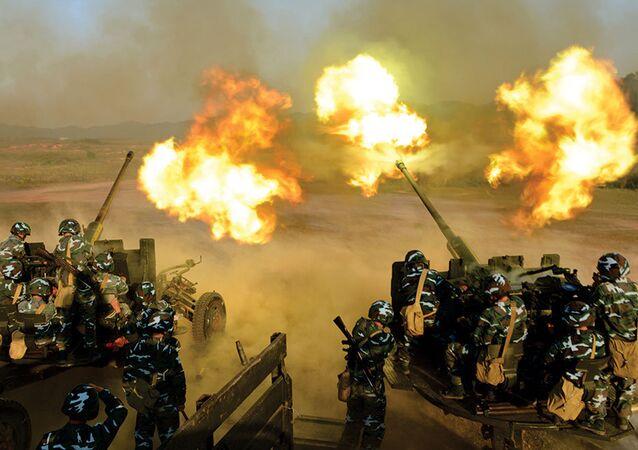 Pháo phòng không Việt Nam khai hỏa trong diễn tập.