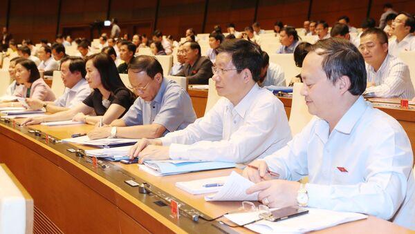 Đại biểu Quốc hội biểu quyết thông qua Nghị quyết xác nhận kết quả lấy phiếu tín nhiệm đối với những người giữ chức vụ do Quốc hội bầu hoặc phê chuẩn. - Sputnik Việt Nam