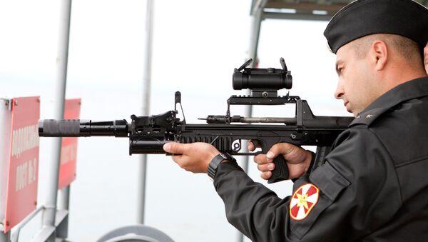 Một quân nhân tiến hànhthử nghiệm dưới nước nguyên mẫu vũ khí đặc biệt dành cho thợ lặn - súng ADS(súng trường tấn công nhiều môi trường). - Sputnik Việt Nam