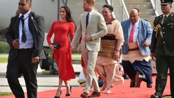 Hoàng tử Harry với vợ Meghan Markle - Sputnik Việt Nam