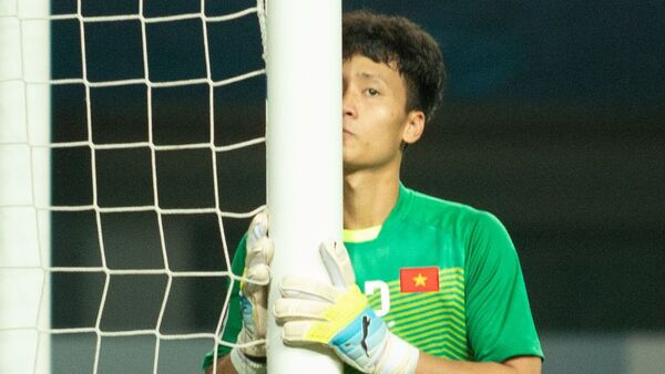 Trong trận đấu giữa U19 Việt Nam và U19 Hàn Quốc diễn ra tối 25/10, thủ môn Dương Tùng Lâm của CLB Hà Nội được HLV Hoàng Anh Tuấn lựa chọn thay vì Y E Li Niê. Ngay trước khi trận đấu bắt đầu, Tùng Lâm hôn nhẹ lên cột như cầu mong khung gỗ giúp anh bảo vệ mành lưới của U19 Việt Nam. - Sputnik Việt Nam