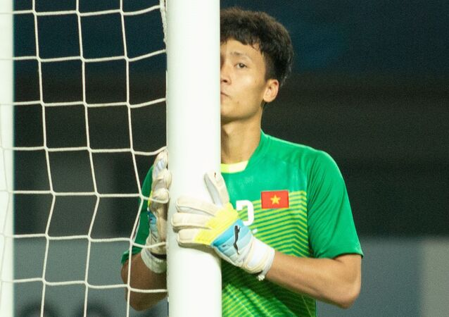 Trong trận đấu giữa U19 Việt Nam và U19 Hàn Quốc diễn ra tối 25/10, thủ môn Dương Tùng Lâm của CLB Hà Nội được HLV Hoàng Anh Tuấn lựa chọn thay vì Y E Li Niê. Ngay trước khi trận đấu bắt đầu, Tùng Lâm hôn nhẹ lên cột như cầu mong khung gỗ giúp anh bảo vệ mành lưới của U19 Việt Nam.