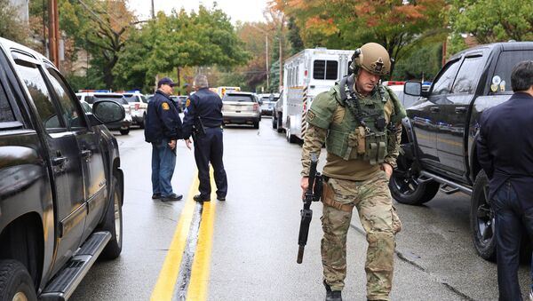 Police officers respond after a gunman opened fire at the Tree of Life synagogue in Pittsburgh Pennsylvania. - Sputnik Việt Nam