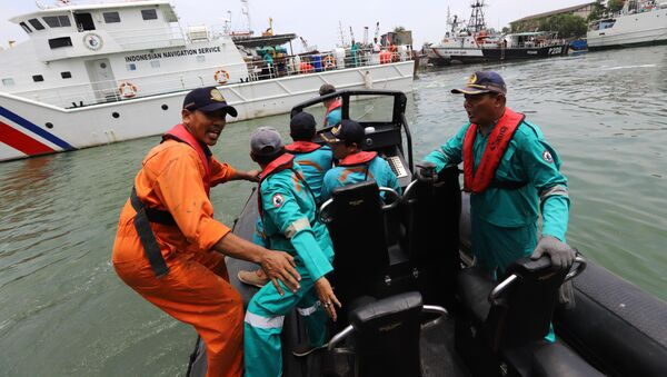 Các nhân viên cứu hộ chuẩn bị tìm kiếm những người sống sót sau vụ tai nạn máy bay JT610 của Lion Air tại Indonesia - Sputnik Việt Nam