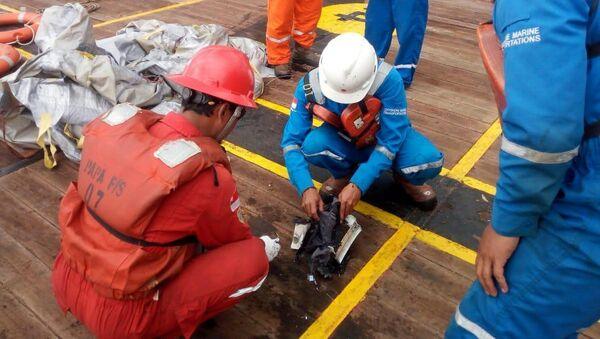Các mảnh vỡ của máy bay của hãng hàng không Lion Air JT610 rơi xuống biển - Sputnik Việt Nam