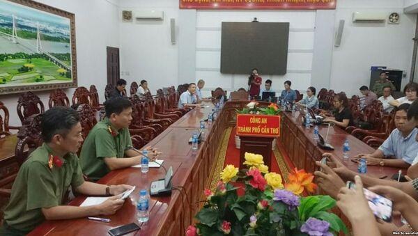 Thượng tá Trần Văn Dương (bên trái), Trưởng phòng Tham mưu Công an TP Cần Thơ, thông tin tại buổi họp báo. - Sputnik Việt Nam