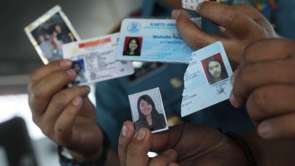 Đồ dùng cá nhân của hành khách được tìm thấy tại địa điểm xảy ra vụ tai nạn máy bay chở khách Boeing 737 của hãng hàng không Lion Air ngoài khơi bờ biển phía Tây đảo Java - Sputnik Việt Nam