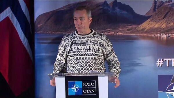 Bộ trưởng Quốc phòng Na Uy xuất hiện tại cuộc họp báo với chiếc áo len in hình cá - Sputnik Việt Nam