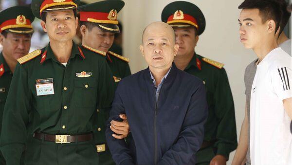 Lực lượng chức năng dẫn giải bị cáo Đinh Ngọc Hệ vào phiên xét xử. - Sputnik Việt Nam