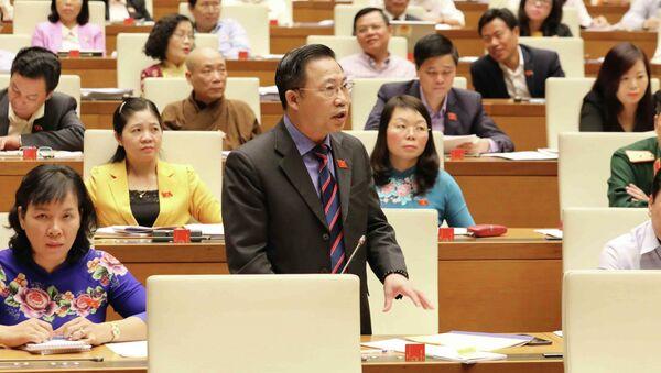 Đại biểu Quốc hội tỉnh Bến Tre Lưu Bình Nhưỡng phát biểu tranh luận. - Sputnik Việt Nam