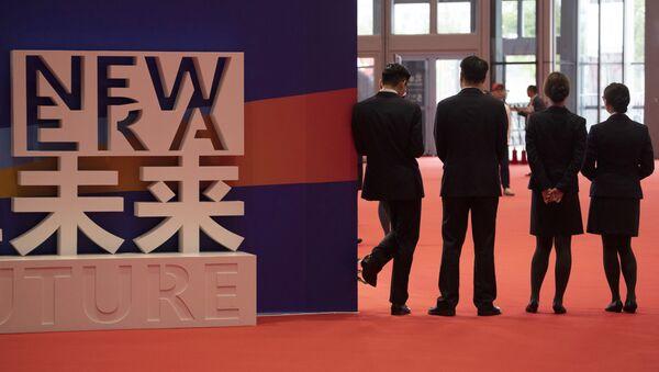 Посетители Первой китайской международной импортной выставки в Шанхае - Sputnik Việt Nam