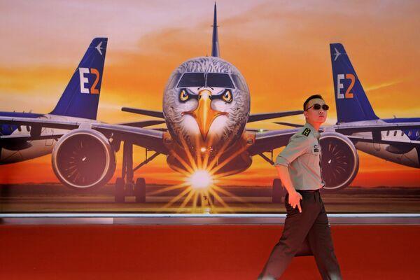 Bức hình khổ lớn máy bay Embraer E190-E2 tại triển lãm hàng không Airshow China-2018 - Sputnik Việt Nam