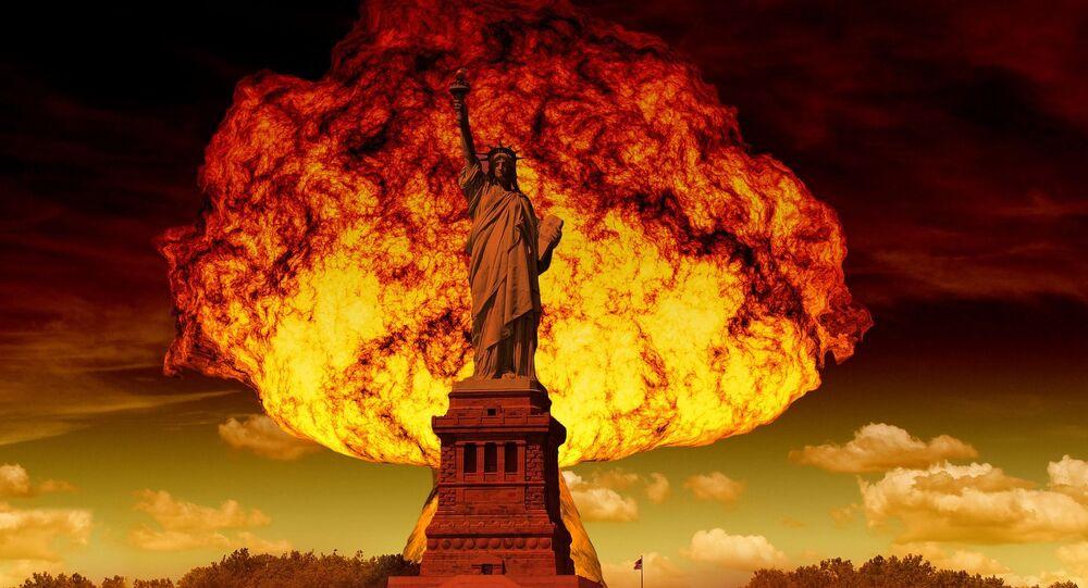 Ядерный взрыв на фоне статуи Свободы в Нью-Йорке.