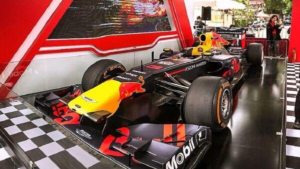Cận cảnh chiếc siêu xe F1 được trưng bày ngay cổng khu di tích Hoàng Thành Thăng Long giới thiệu tới người hâm mộ yêu thích môn thể thao tốc độ cao tại Việt Nam sẽ xuất hiện vào đầu năm 2020. - Sputnik Việt Nam