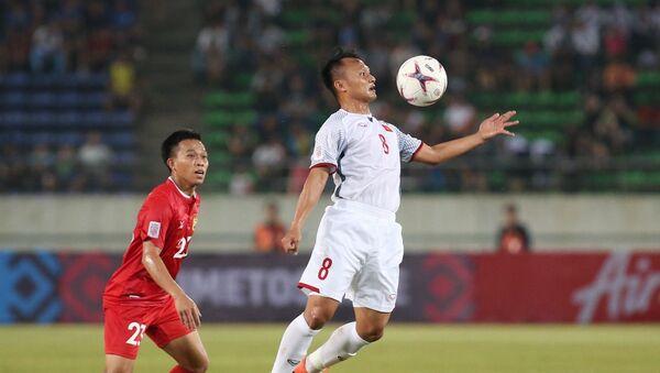 Cầu thủ Trọng Hoàng di chuyển khôn khéo lấy bóng của đối phương - Sputnik Việt Nam