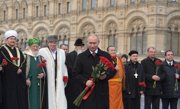 Tổng thống Nga Vladimir Putin đặt hoa tại đài tưởng niệm Minin và Pozharsky trên Quảng trường Đỏ vào ngày lễ Thống nhất quốc gia - Sputnik Việt Nam