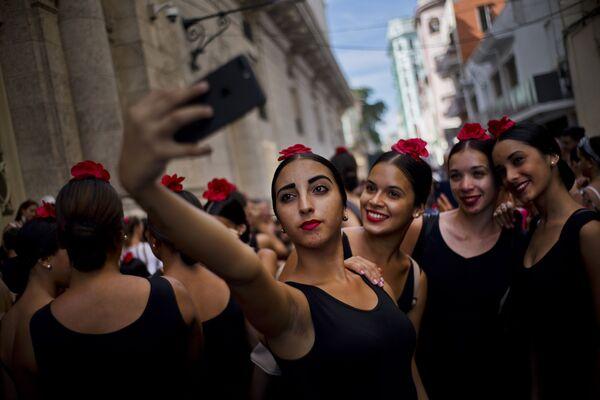 Các vũ công Flamenco chụp ảnh tự sướng trong Liên hoan múa ba lê Quốc tế ở Havana, Cuba - Sputnik Việt Nam