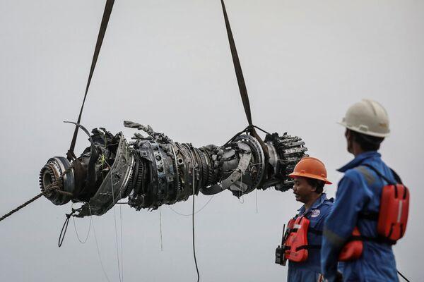 Lực lượng cứu hộ trục vớt động cơ của chiếc máy bay bị rơi Lion Air JT610 - Sputnik Việt Nam
