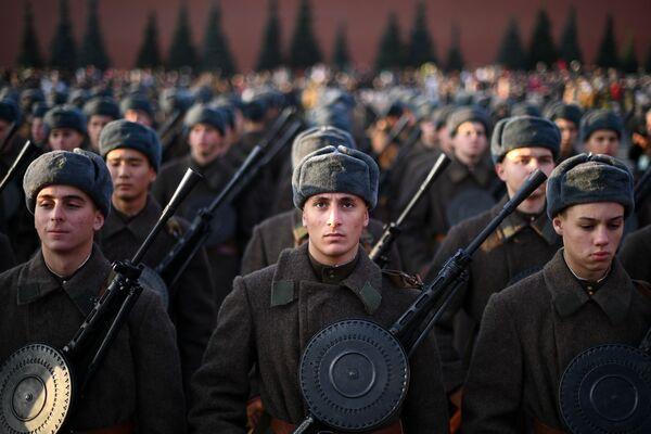 Những người tham gia cuộc diễu hành kỷ niệm lần thứ 77 cuộc duyệt binh năm 1941, trên Quảng trường Đỏ ở Moskva - Sputnik Việt Nam