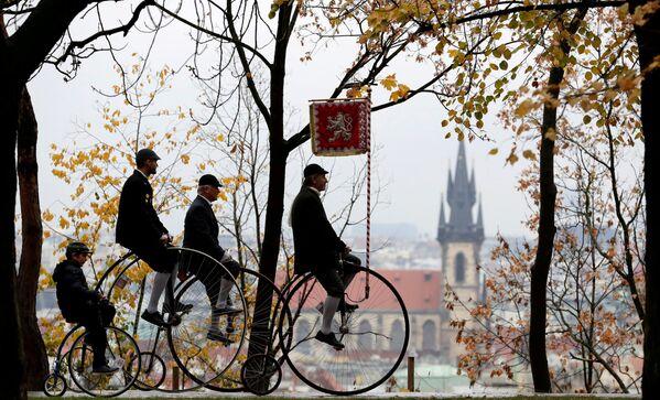 Những người tham gia trong trang phục cổ đạp xe trong cuộc đua đua Penny Farthing hàng năm ở Prague, Cộng hòa Séc - Sputnik Việt Nam
