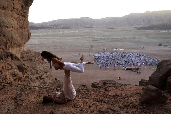 Những người yêu môn Yoga tham gia lễ hội hàng năm tại thung lũng Timna, Israel - Sputnik Việt Nam