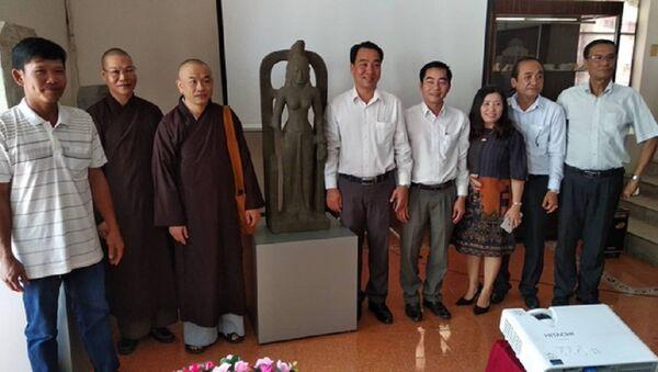 Hai cá nhân tự nguyện giao nộp tượng nữ thần cổ quý hiếm cho bảo tàng được UBND tỉnh Vĩnh Long tặng thưởng 75 triệu đồng - Sputnik Việt Nam