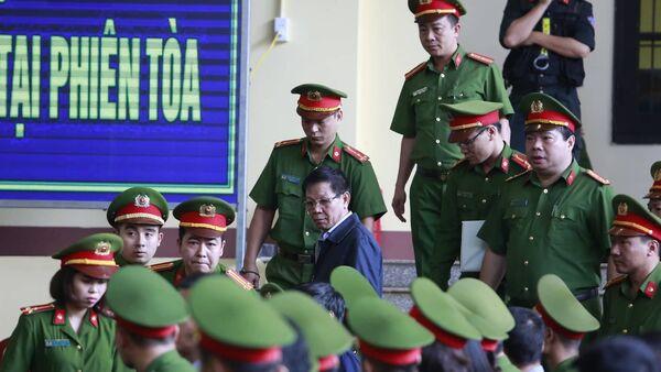 Ông Phan Văn Vĩnh bị áp giải ra tòa - Sputnik Việt Nam