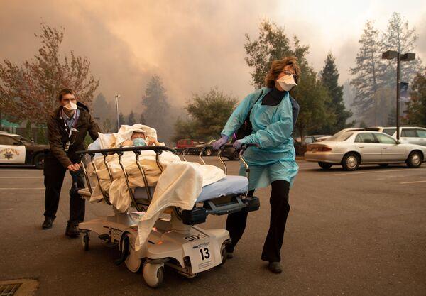 Di tản nạn nhân của đám cháy rừng tại thành phố Paradise ở California, Hoa Kỳ - Sputnik Việt Nam
