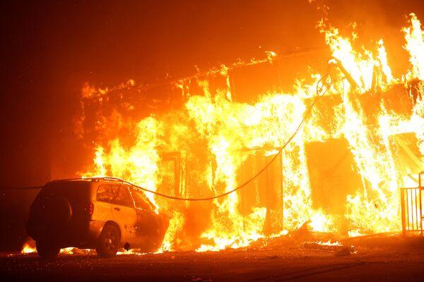 Ngôi nhà cháy do cháy rừng ở Paradise, California, Hoa Kỳ - Sputnik Việt Nam