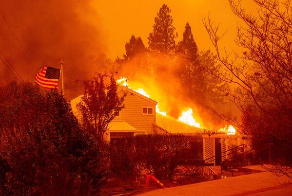 Một ngôi nhà chìm trong ngọn lửa trong  vụ cháy rừng ở thành phố Paradise của California - Sputnik Việt Nam