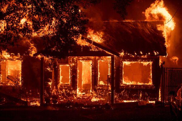 Ngôi nhà cháy ở thành phố Paradise của Mỹ, California, nơi đã bị hủy hoại hoàn toàn trong đám cháy. - Sputnik Việt Nam