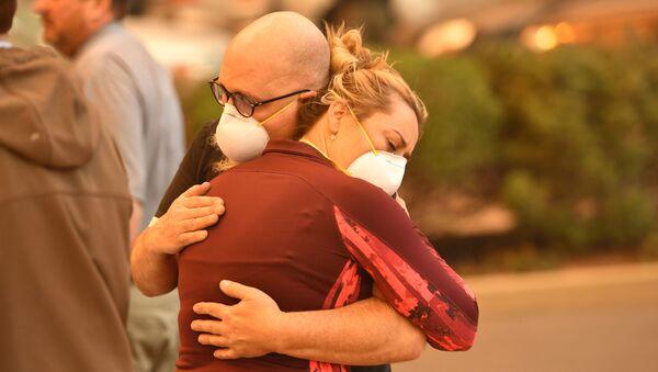 Sơ tán mọi người từ Bệnh viện The Feather River ở thành phố Paradise của Mỹ, California, đã bị cháy hoàn toàn. - Sputnik Việt Nam